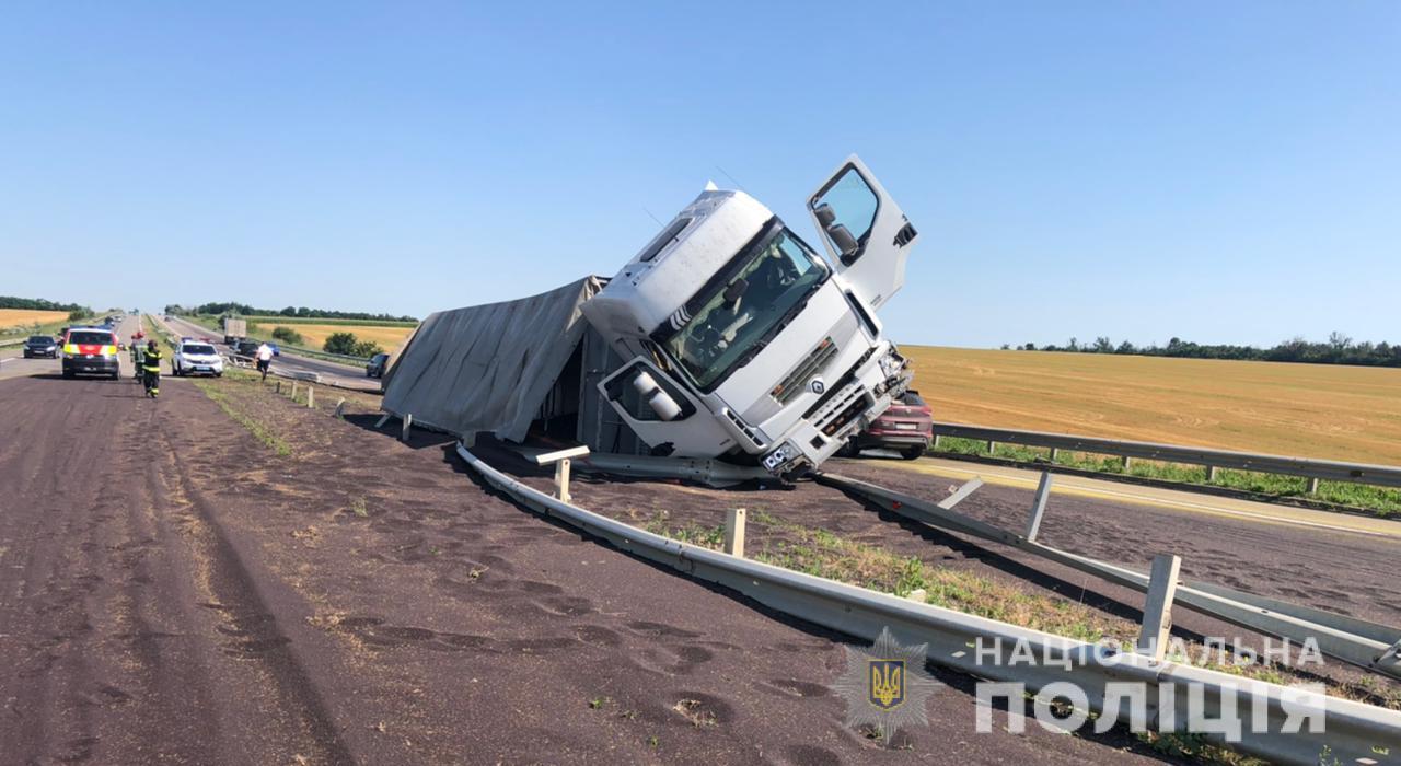 На трассе Киев-Одесса фура влетела в отбойник: движение затруднено (фото) «фото»
