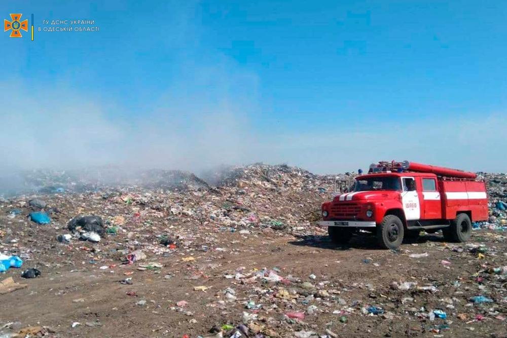 Пожарные 11 часов боролись с огнем, который охватил свалку в Салганах (фото) «фото»