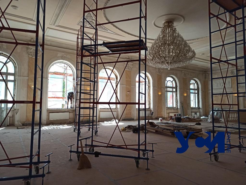 В Украинском театре идет реставрация: меняют огромные деревянные окна (фото) «фото»