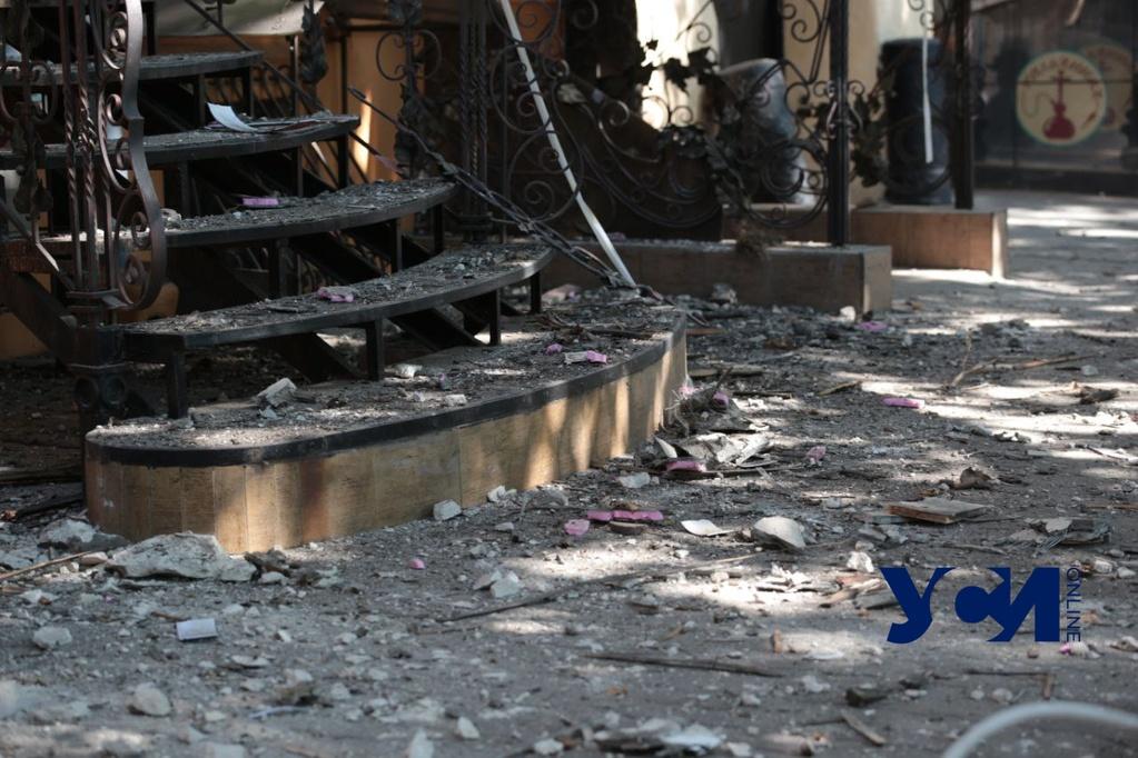 В центре Одессы обрушился карниз исторического здания (фото, видео, аудио) «фото»