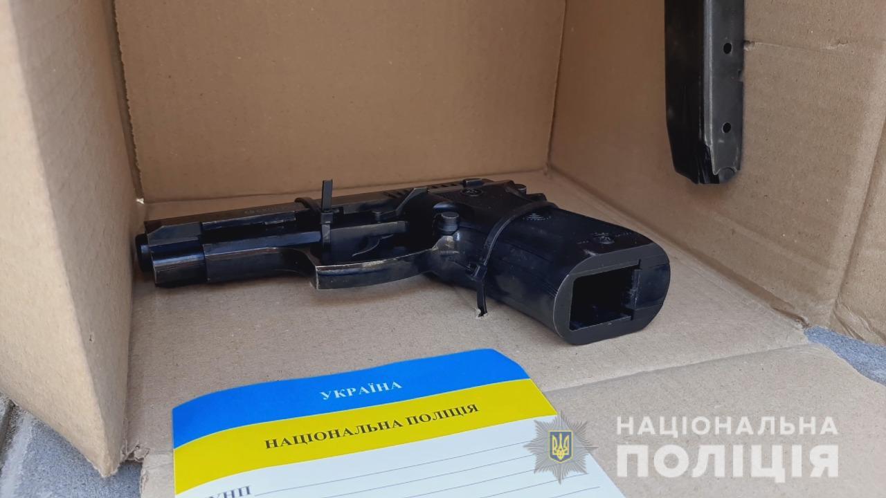 В Одессе двое парней под «дулом пистолета» отбирали у прохожих телефоны (фото, видео) «фото»
