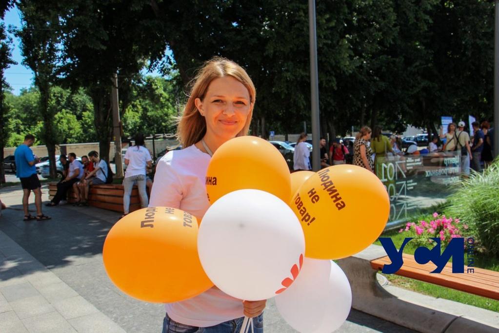 Человек – не товар: под Евромэрией устроили флешмоб и раздавали шары (фото) «фото»