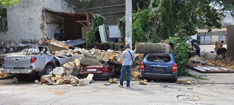 На Нищинского часть здания обвалилась сразу на 4 автомобиля (фото) «фото»