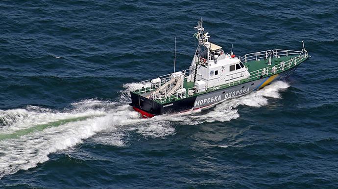 Рыбацкое судно, терпевшее крушение в Черном море, взяли на буксир пограничники «фото»