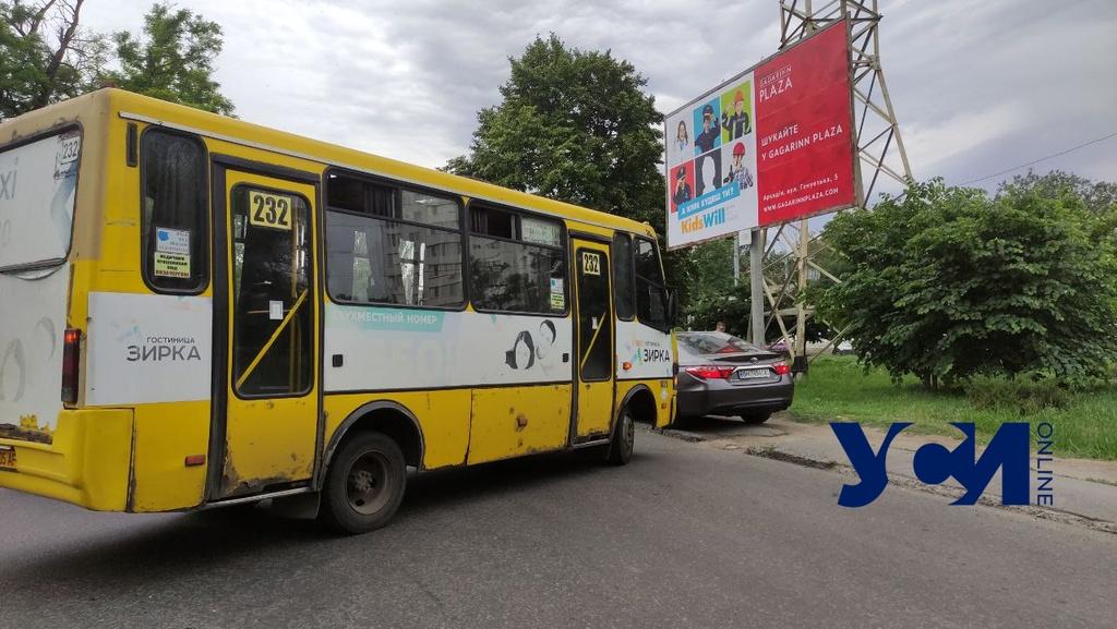 Авария у аварийного моста: на Ивановском маршрутка столкнулась с легковым авто (фото) «фото»