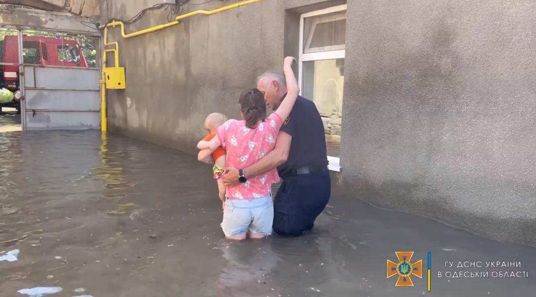 Мэрия обещает помочь одесситам, пострадавшим от урагана и ливня «фото»