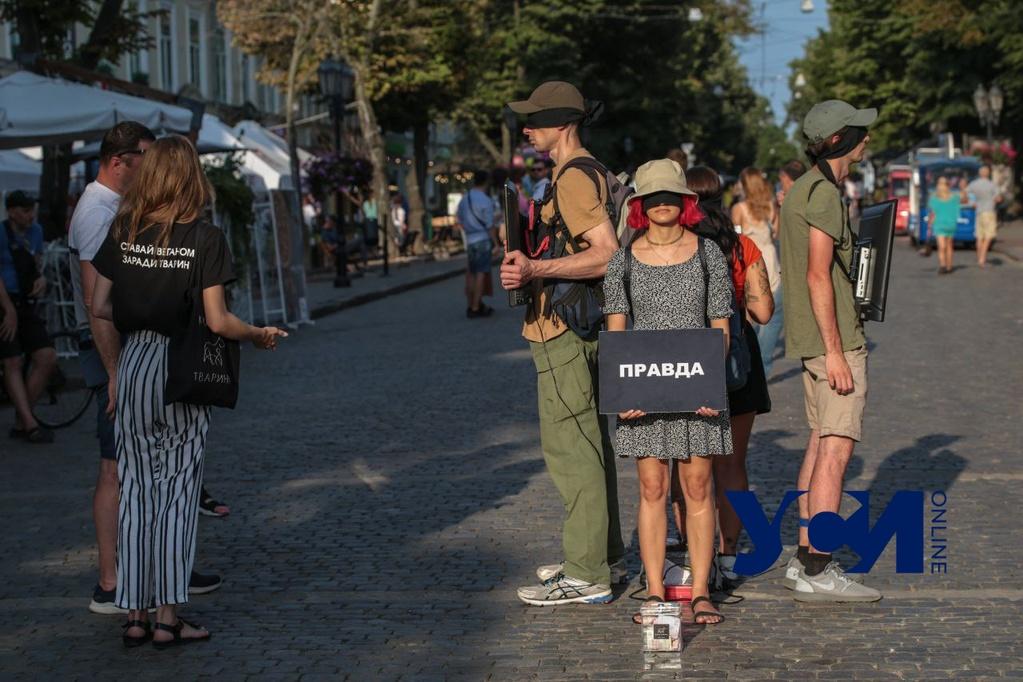 «Открой глаза» : в Одессе перформансом призвали не есть мясо, молоко и яйца (фото) «фото»