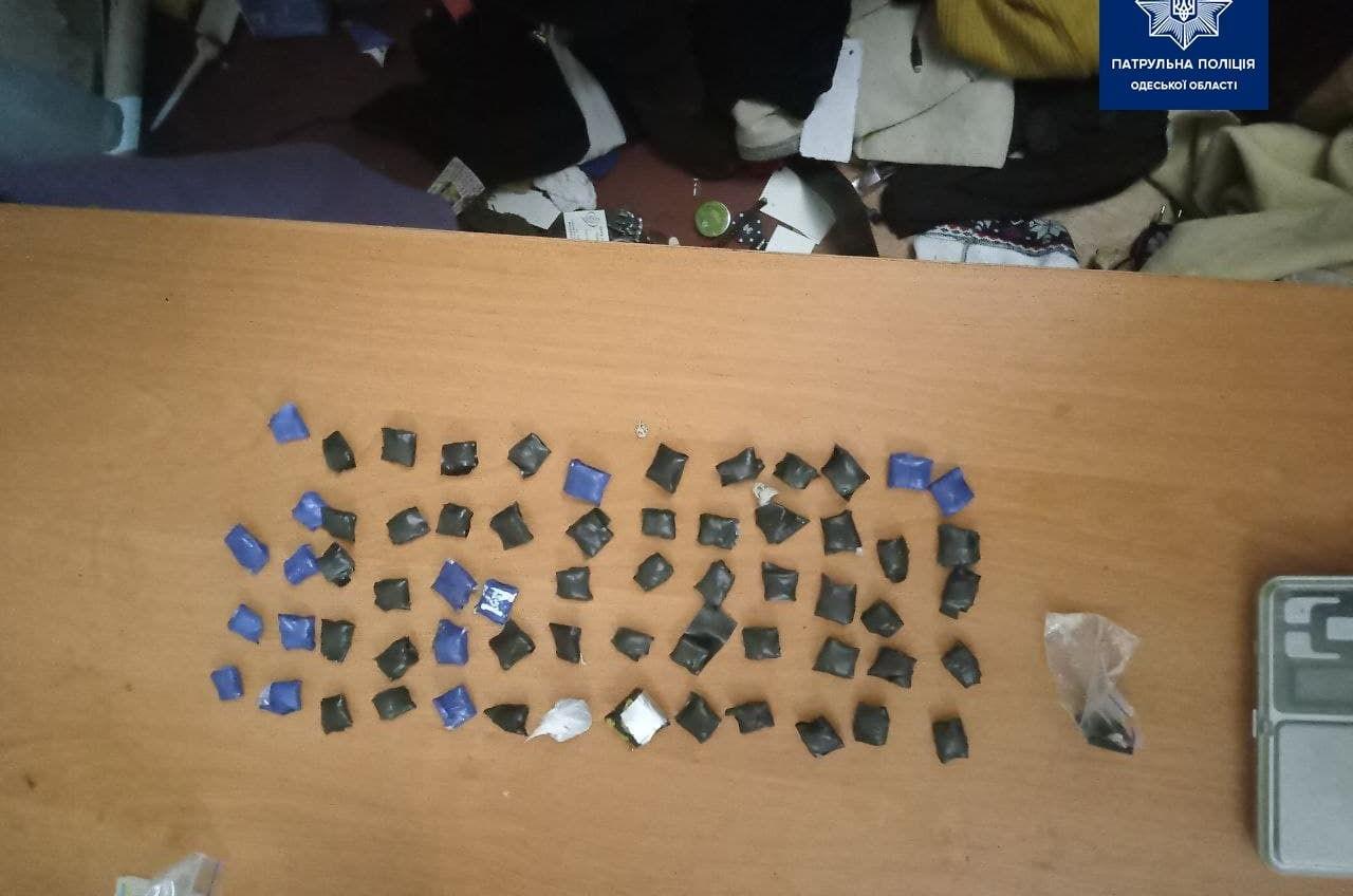 В Одессе полицейские приехали разнимать драку, а нашли наркотики (фото) «фото»