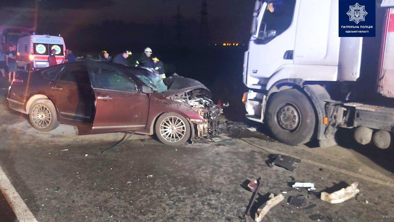 Ночью на Объездной легковое авто разбилось о грузовик (фото) «фото»