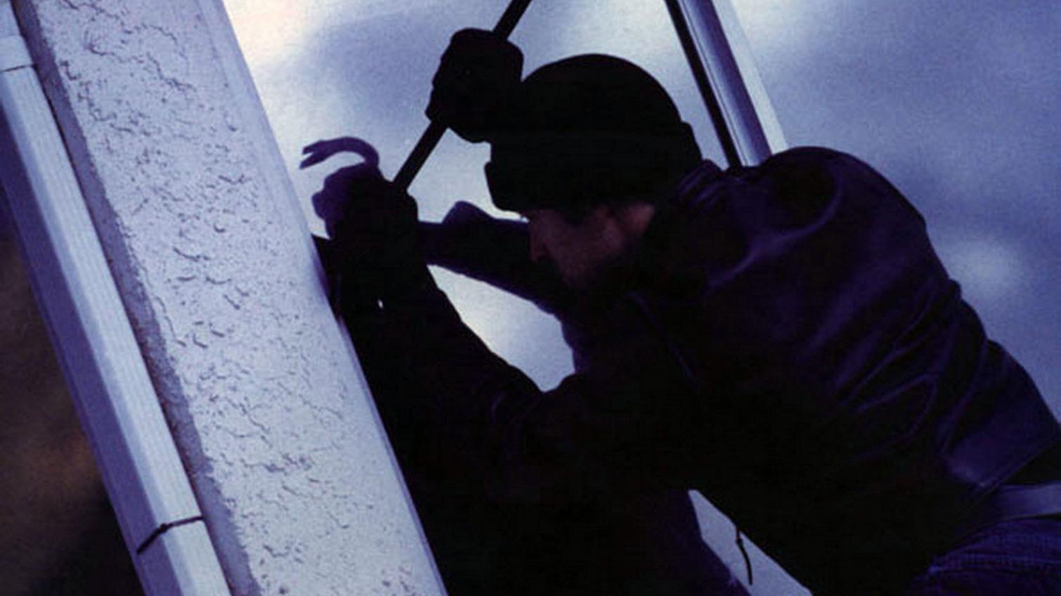 В Одессе мужчина залез по лестнице в общежитие, чтобы ограбить женщину «фото»