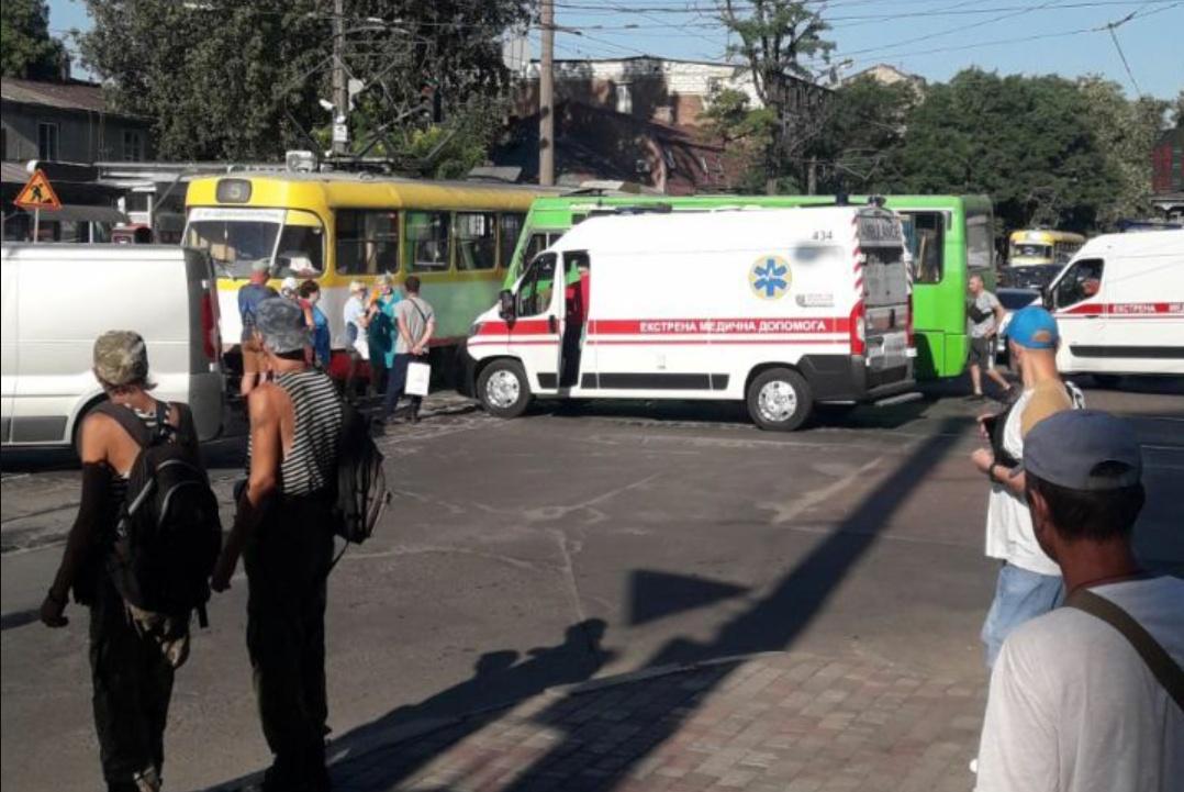В центре Одессы маршрутка врезалась в трамвай «фото»