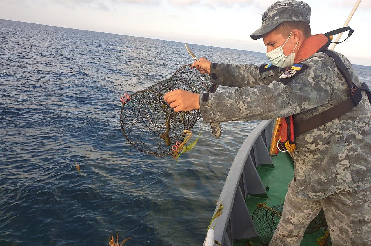 Под Одессой морские пограничники убрали десятки браконьерских ловушек (фото, видео) «фото»