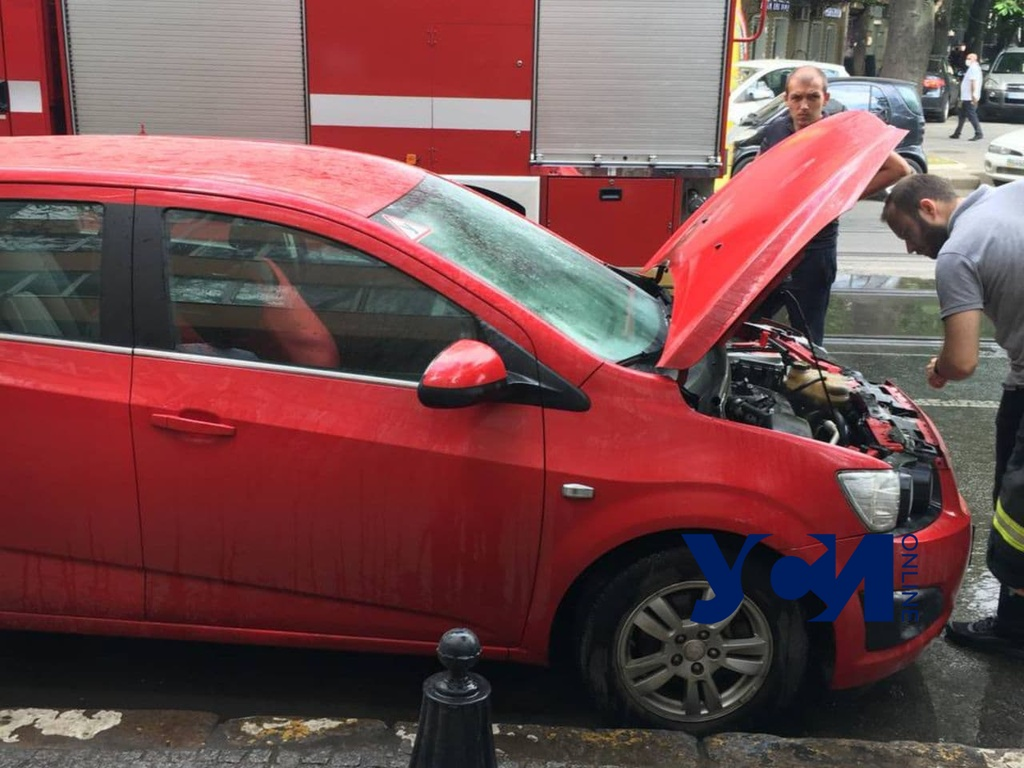 В центре Одессы загорелась припаркованная машина (фото) «фото»