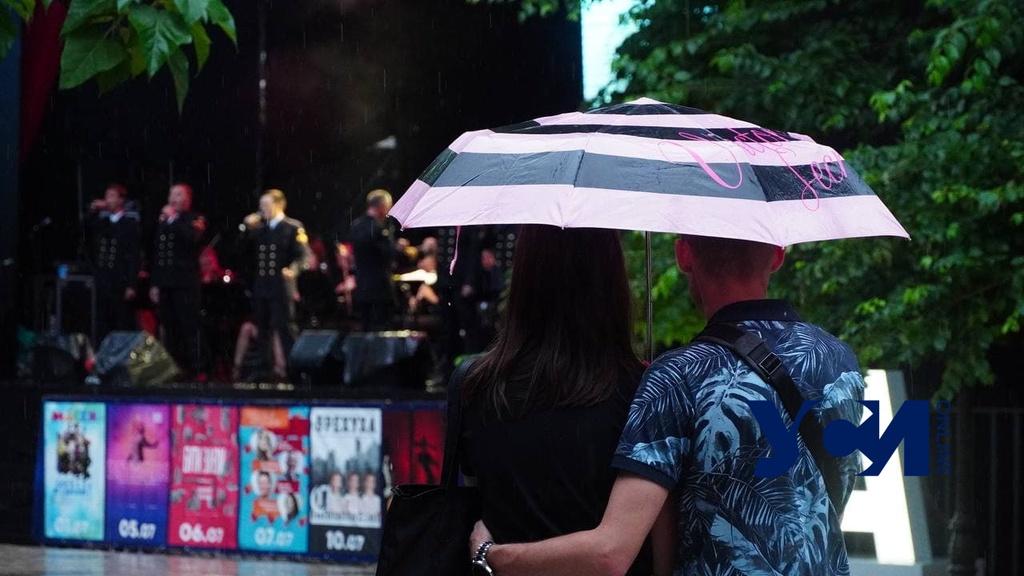 И даже в дождь: одесситы могут насладиться выступлением оркестра 6-го флота США (фото) «фото»