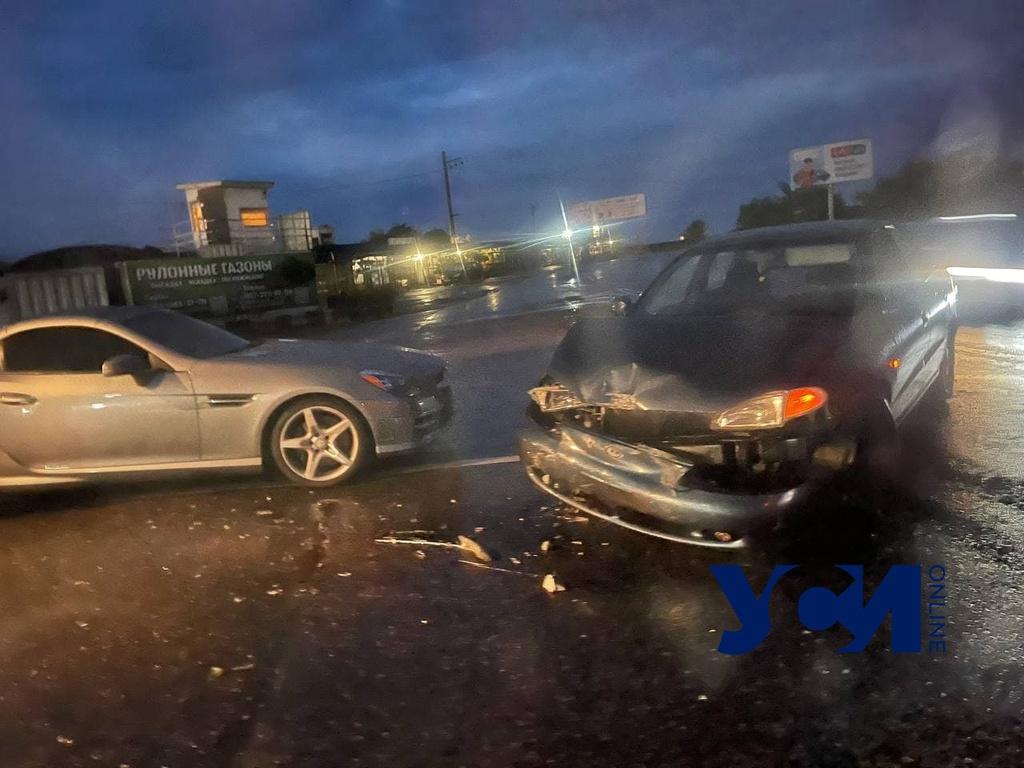 Под Одессой столкнулись мусоровоз и две иномарки (фото, видео) «фото»