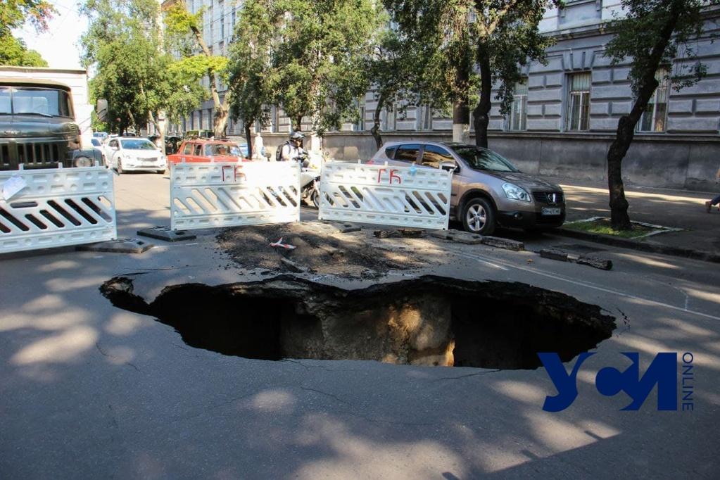 На Пироговской — провал на дороге: движение перекрыто (фото) «фото»
