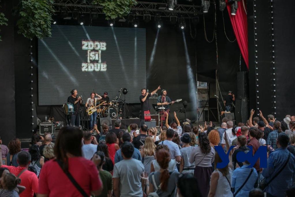 Танцы, этника и рок-н-ролл: в Одессе выступила известная группа (фото) «фото»