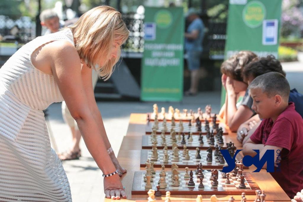 Ход королевы в Горсаду: одесситы соревновались с гроссмейстером (фото, аудио) «фото»