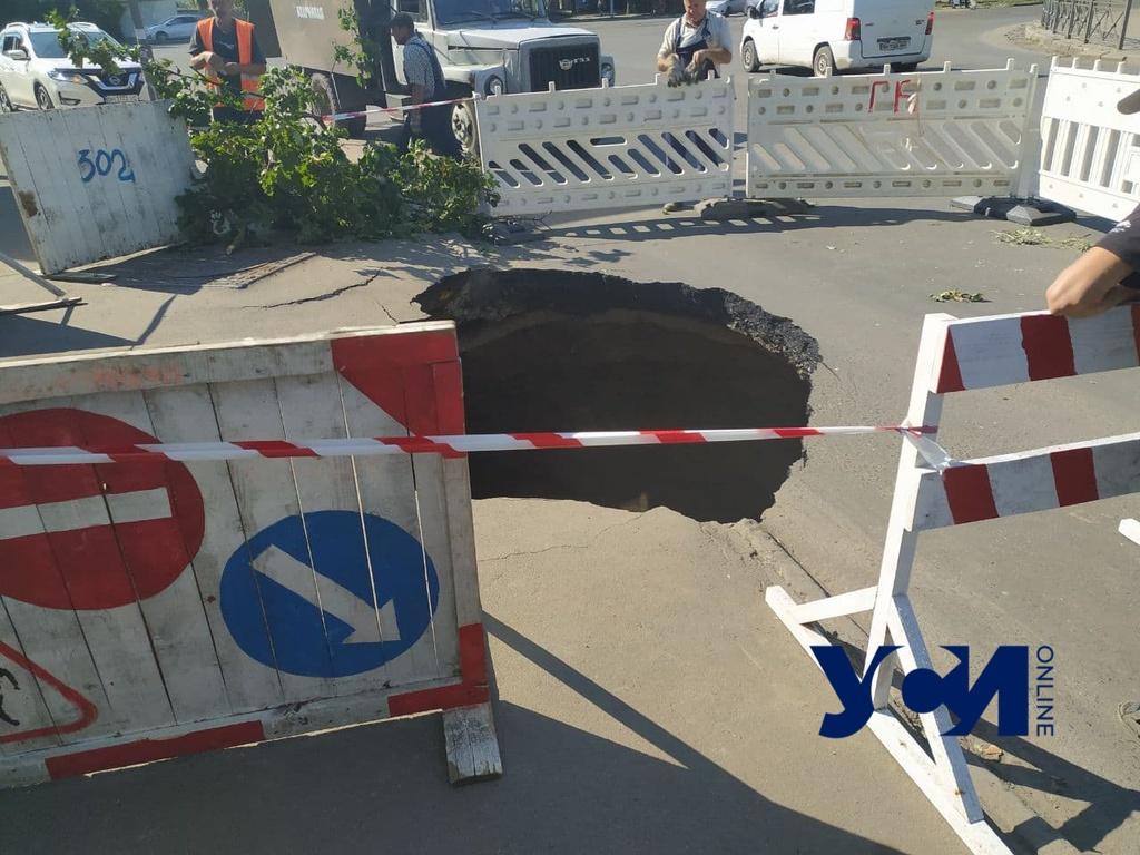 На Генерала Петрова образовался мега-провал на дороге (фото) «фото»
