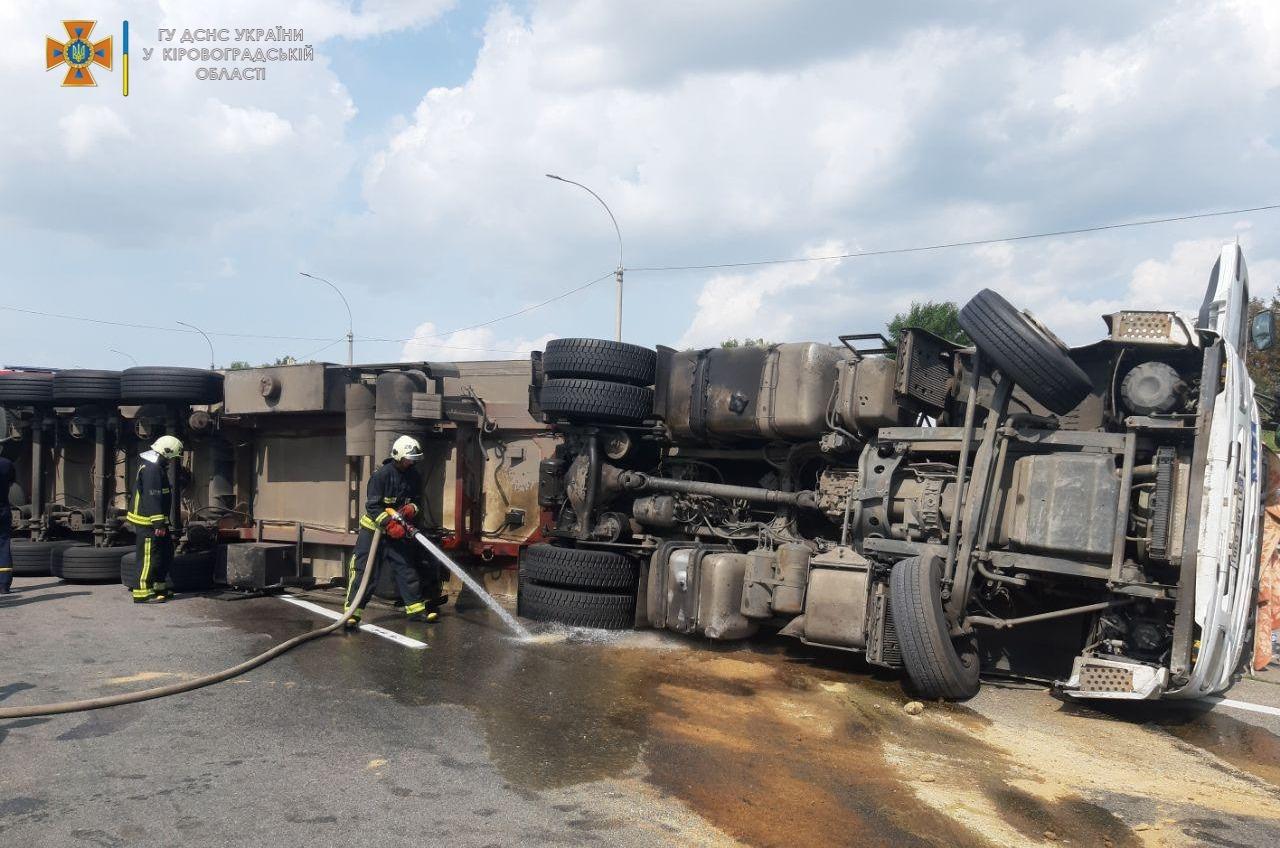 На трассе Киев — Одесса перевернулся грузовик, разлилось топливо (фото) «фото»