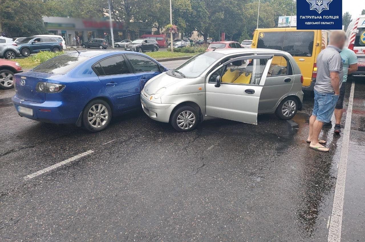 На Таирова автомобиль влетел в малолитражку, его выбросило на трамвайные рельсы (фото) «фото»