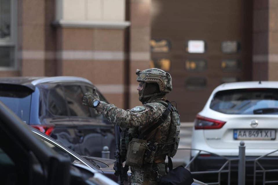 В Киеве в Кабмине неизвестный угрожал подорвать гранату (фото) «фото»