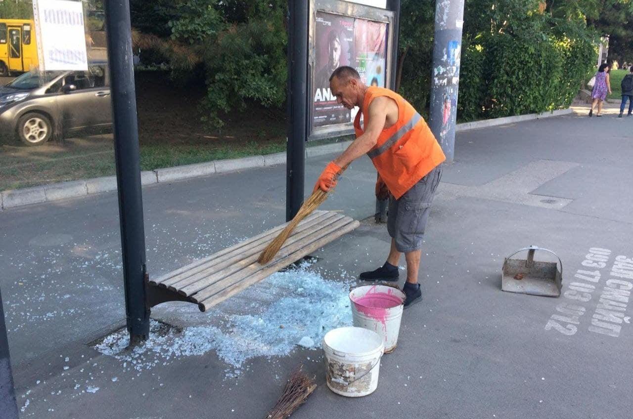 Вандалы разбили остановку на площади 10 Апреля (фото) «фото»