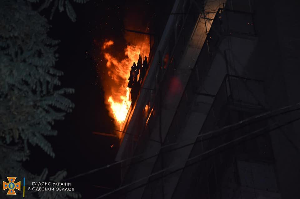 На Грушевского горел жилой дом: эвакуировали 19 человек (фото, видео) «фото»