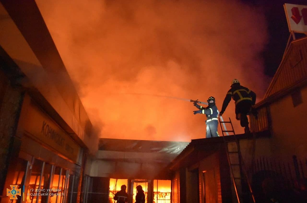В Одессе ночью тушили пожар в магазине «Конфискат» (фото) «фото»