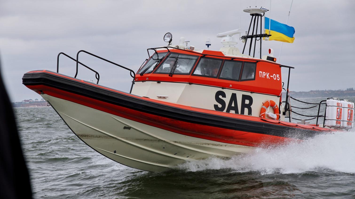 Мужчину в лодке унесло на 2 мили от берега (фото) «фото»