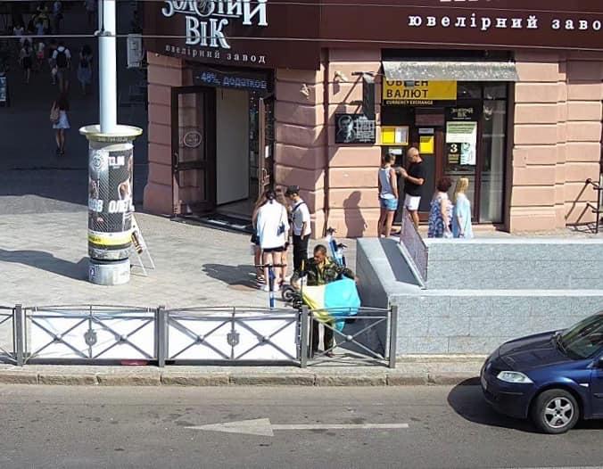В центре Одессы бездомный украл флаг с места гибели патриотов (фото) «фото»