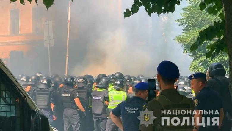 Стычки и пострадавшие: в Киеве у Офиса президента проходит митинг (фото) «фото»