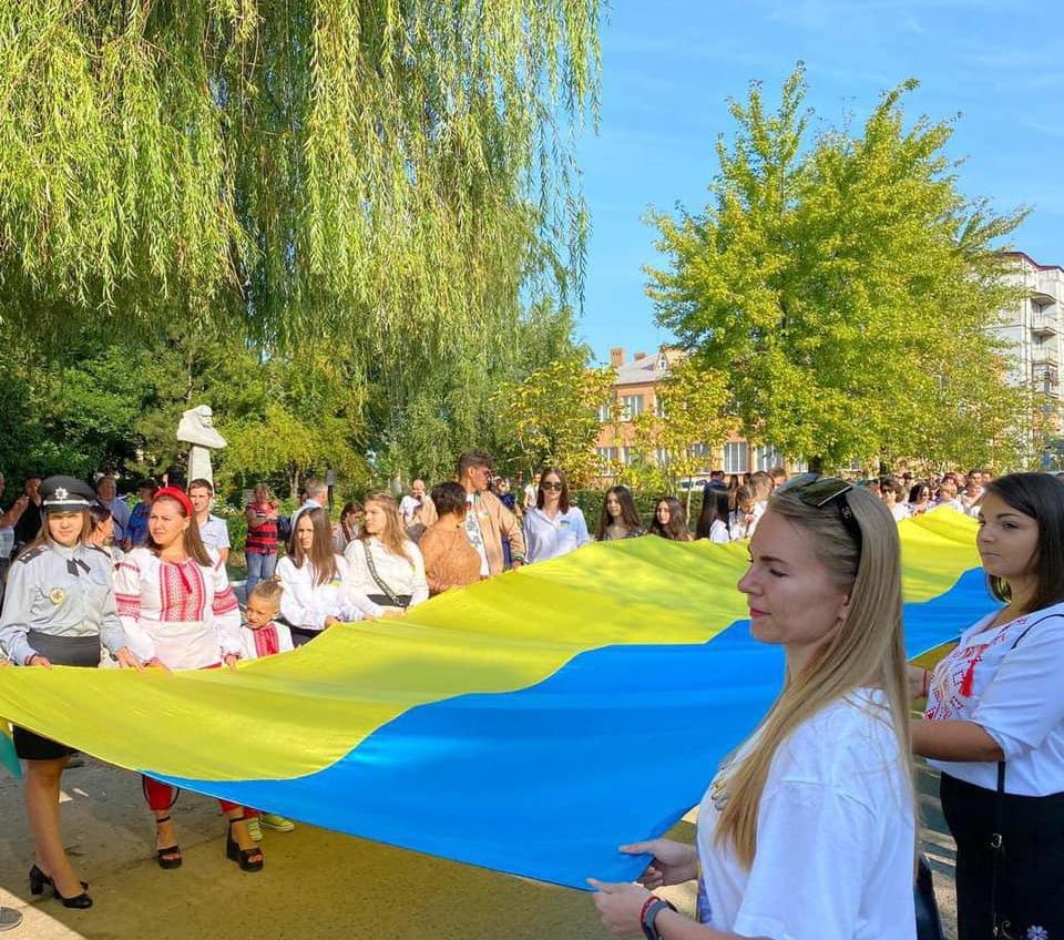 Самый большой в мире флаг Украины развернули в Ананьеве (фото) «фото»