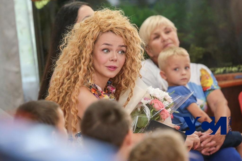 Певица Алина Гросу спела с детьми из одесского реабилитационного центра (фото) «фото»