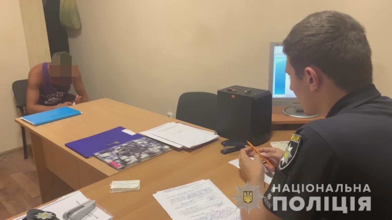 На поселке Котовского «мститель» ударил в лицо 19-летнего патрульного (видео) «фото»