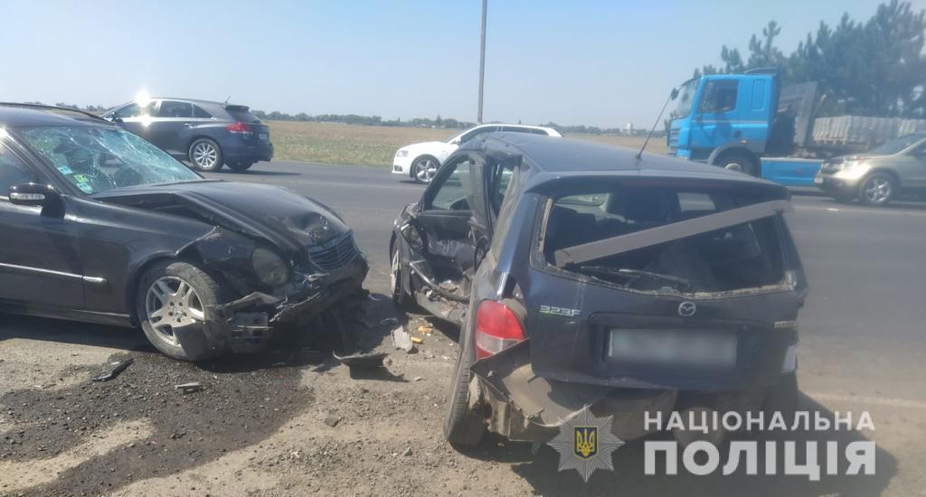На трассе под Черноморском столкнулись три авто и мопед: двое пострадавших (фото) «фото»