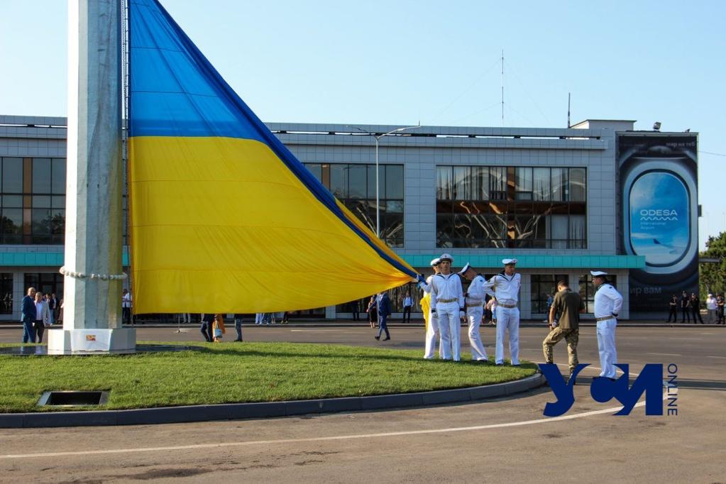 День украинского флага: в аэропорту подняли самый большой национальный флаг в Одессе (фото, видео) «фото»