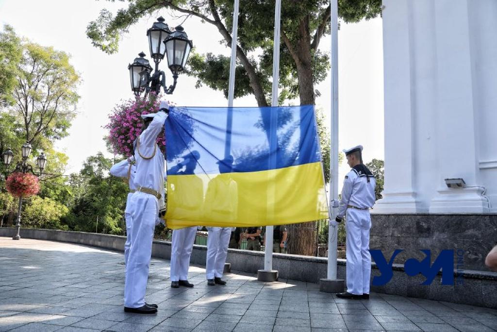 На Думской площади торжественно подняли флаг Украины (фото) «фото»