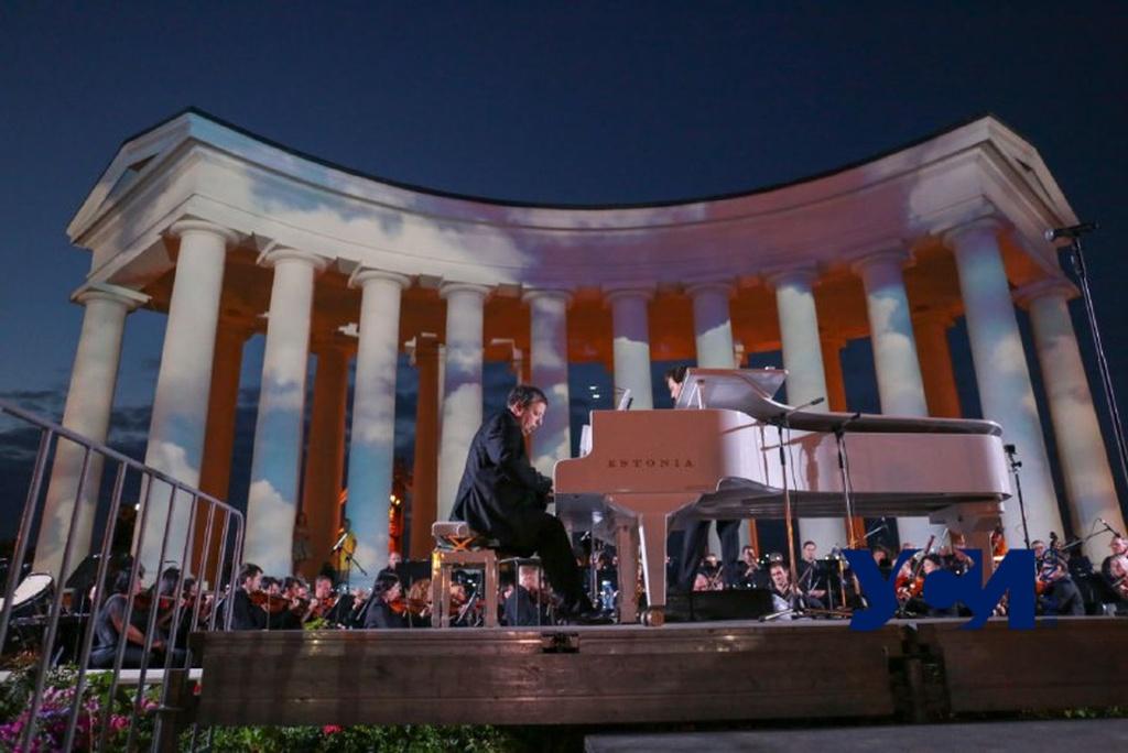 «Музыка у моря»: на концерт у Воронцовской колоннады пришли сотни одесситов (фото, видео) «фото»