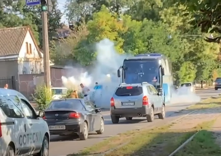 Фанаты «Черноморца» забросали петардами автобус собственной команды (видео) «фото»