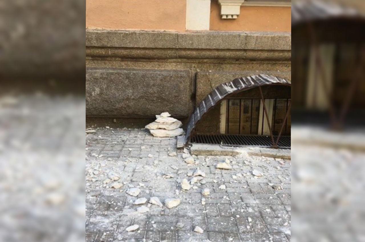 У Главпочтамта на Садовой обрушился карниз (видео) «фото»