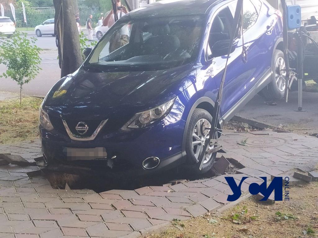 На Фонтане машина провалилась под землю (фото) «фото»