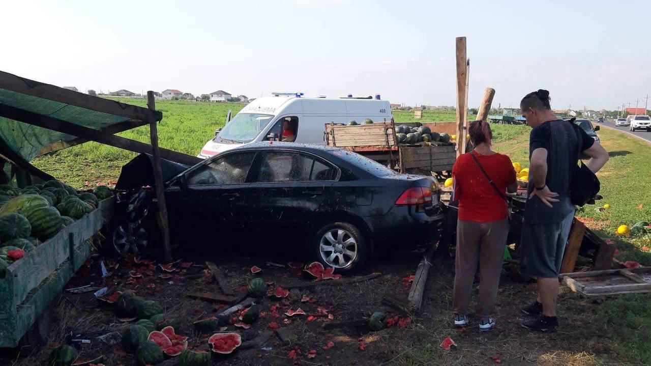 Под Санжейкой автомобиль слетел с дороги в торговцев арбузами (фото) Обновлено «фото»