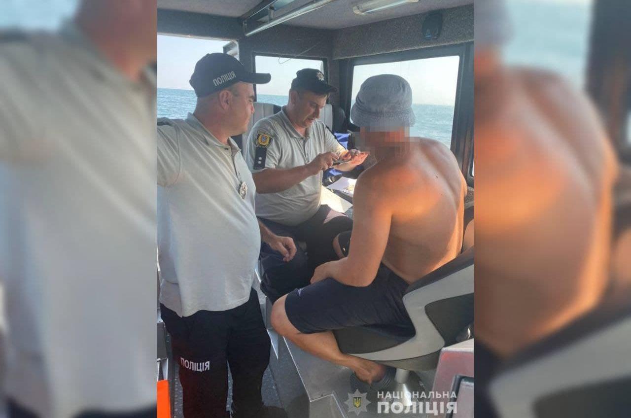 В Аркадии пьяный турист разъезжал на моторной лодке (фото) «фото»