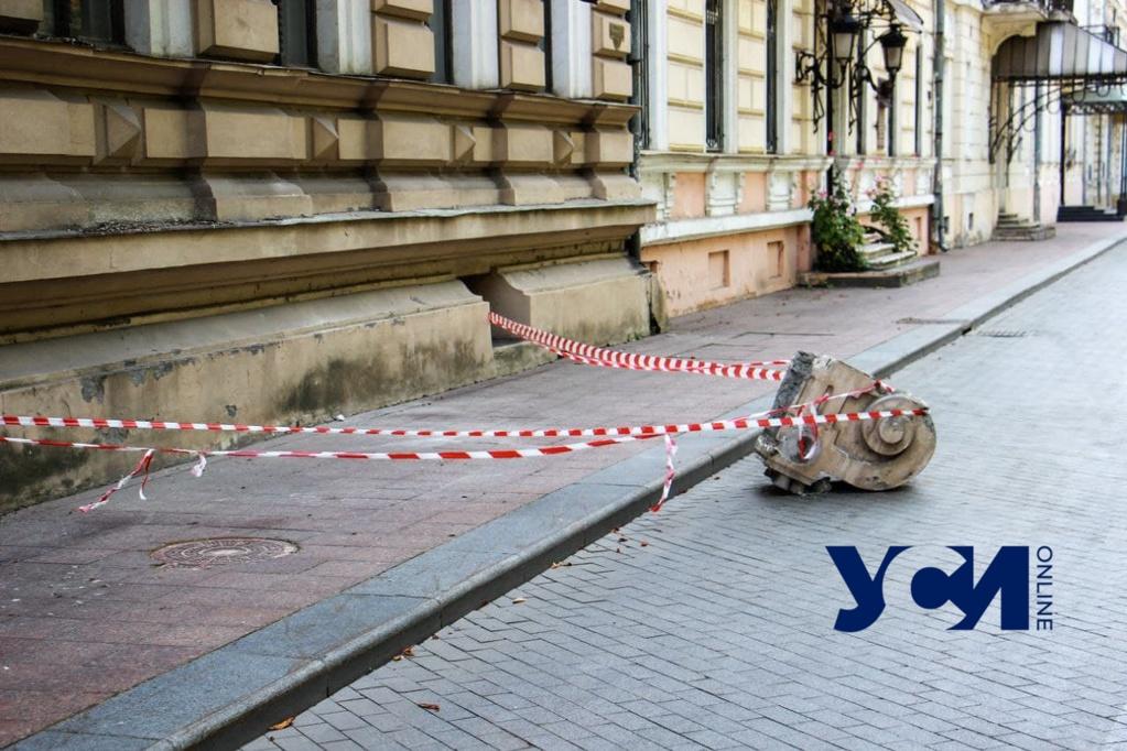 С доходного дома Лерхе на Приморском бульваре обрушилась часть фасад (фото) «фото»