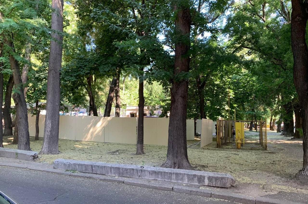 В Старобазарном сквере затевается строительство — обещают детский центр (фото) «фото»