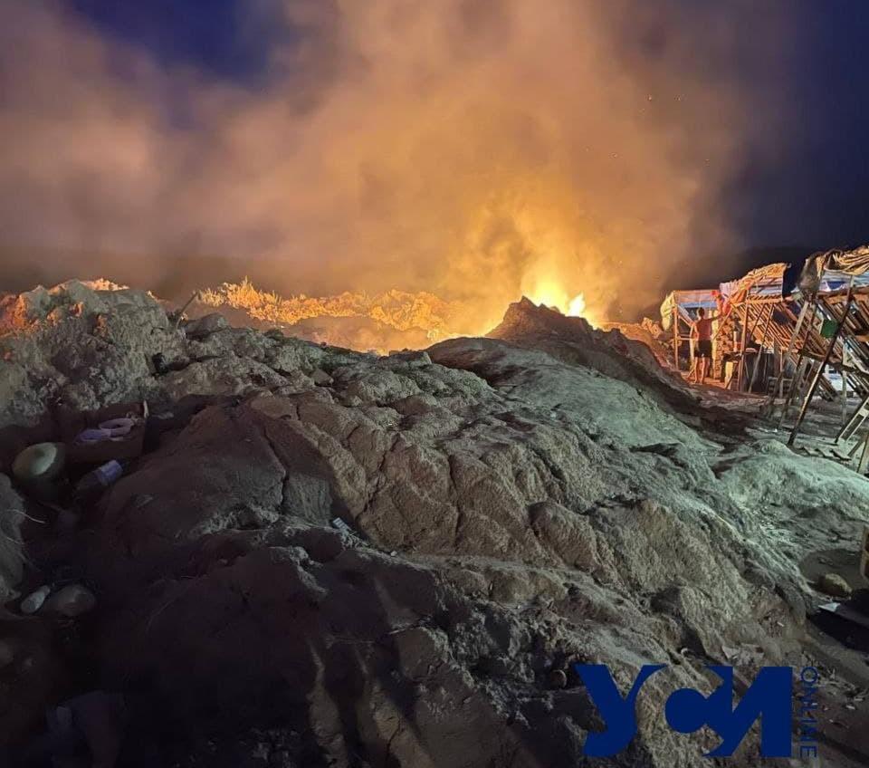 На Хаджибейском лимане по ночам жгут пластик и отходы (фото) «фото»