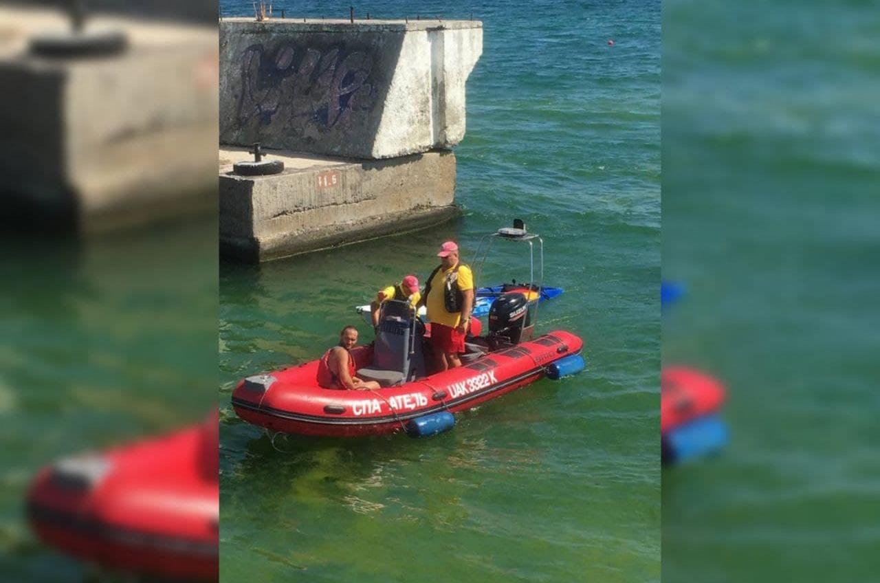 У берега Одессы перевернулся каяк: отдыхающего удалось спасти (фото) «фото»