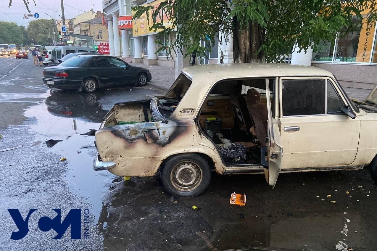 Разборки на Привозе: неизвестные подожгли автомобиль (фото) «фото»