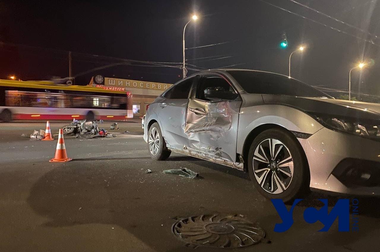 На Святослава Рихтера мотоциклист влетел в авто: парень в больнице (фото) «фото»